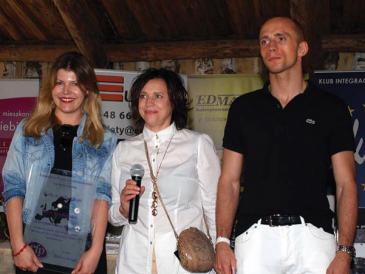 Prezes Barbara Jończyk oraz wiceprezes Krzysztof Jończyk wręczają statuetki Perły Euroturystyki