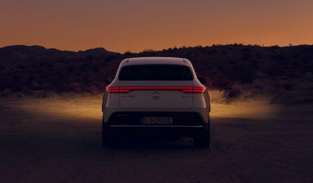 Mercedes EQC od tyłu w nocnej scenerii
